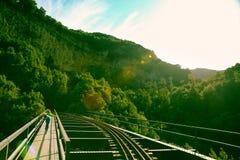 Ioga praticando da mulher na ponte do trilho Foto de Stock Royalty Free