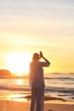 Ioga praticando da mulher na praia Foto de Stock Royalty Free