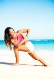 Ioga praticando da mulher na praia imagens de stock