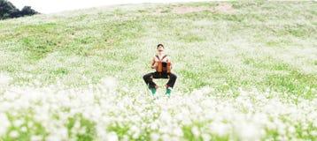 Ioga praticando do homem no jardim verde Foto de Stock