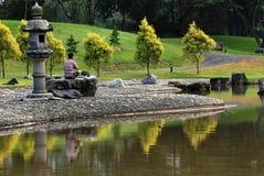Ioga, reflexão e lago no parque Imagem de Stock Royalty Free