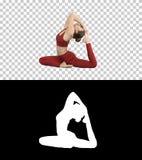 Ioga womandoing nova bonita ou pose equipada com pernas do pombo do rei do exerc?cio um dos pilates, rajakapotasana do pada do ek imagens de stock
