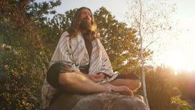 Iogue que senta-se na meditação vídeos de arquivo