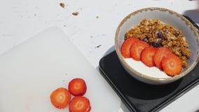 Iogurte branco na bacia Estabeleceu as morangos overview filme