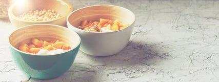 Iogurte caseiro com granola, abricó e pinhões Conceito da bandeira fotos de stock royalty free