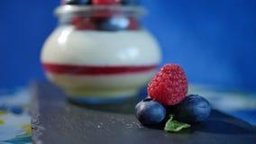 Iogurte caseiro com mirtilos em um frasco de vidro Morango no iogurte, fim acima imagens de stock