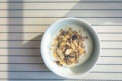 Iogurte com cereais e grões Imagem de Stock Royalty Free