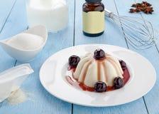 Iogurte com a cereja na tabela de madeira Imagem de Stock