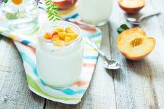 Iogurte com pêssegos Imagens de Stock Royalty Free