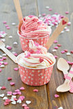 Iogurte congelado com corações do açúcar imagem de stock royalty free