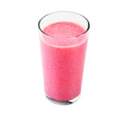 Iogurte da morango em um vidro transparente isolado no fundo branco De vidro completamente do iogurte da morango das morangos e d Fotos de Stock Royalty Free
