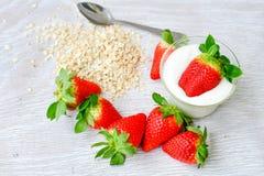 Iogurte das morangos imagens de stock royalty free
