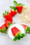 Iogurte das morangos imagens de stock