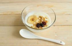 iogurte dietético natural com muesli e banana, passa no copo de vidro fotos de stock royalty free