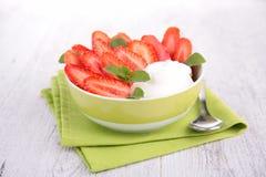 Iogurte e morango Imagem de Stock