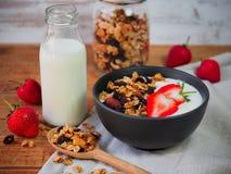 Iogurte e morango do Granola Imagens de Stock