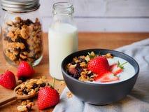 Iogurte e morango do Granola Fotografia de Stock Royalty Free