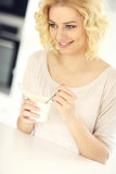Iogurte feliz comer da mulher Fotografia de Stock Royalty Free