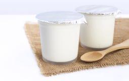 Iogurte flavored saudável no copo plástico com a colher de madeira no imagens de stock royalty free