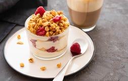 Iogurte fresco com rasberries e café no vidro claro Framboesas na bacia branca Café da manhã saudável da manhã fotos de stock royalty free