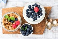 Iogurte, granola e bagas no frasco foto de stock