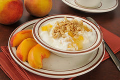 Iogurte grego com pêssegos e granola Fotografia de Stock