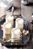 Iogurte grego nos frascos de vidro em uma bandeja do vintage do metal Imagens de Stock Royalty Free