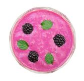 Iogurte ou batido de Blackberry com as folhas de hortelã isoladas no fundo branco Vista superior Comer saudável Fotos de Stock Royalty Free