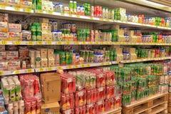 Iogurtes e produtos láteos em prateleiras do supermercado Fotografia de Stock