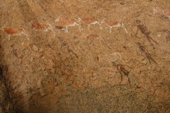 Ion africain de montagnes de peintures antiques de roche un fond beige Photos libres de droits