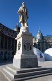 Ion Heliade Radulescu staty i mitt av Bucharest Royaltyfri Bild