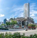 ION Orchard Shopping Mall und sein Hochhauswohnkondominium in Singapur lizenzfreie stockfotos
