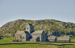 Iona Abbey. Looking west from the Sound of Iona. The hill Dun-I lies immediately behind Stock Photo