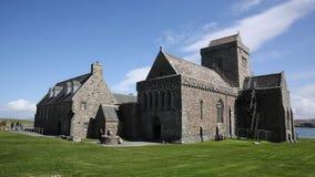 Iona Abbey Scotland het UK een populaire pan van de toeristenbestemming stock video