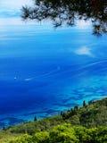 Ionian hav för blått lagunkustlandskap på den Korfu ön arkivfoto