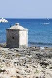 Ionian hav Liten kubikbyggnad på vaggar blått hav Fotografering för Bildbyråer