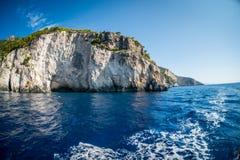 Ionian hav med skum i Zakynthos, Grekland Arkivfoton