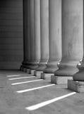 ionic white för svarta kolonner Fotografering för Bildbyråer