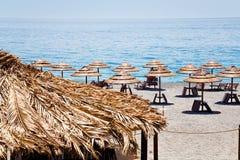 Ionisch overzees strand in de zomerdag Stock Afbeeldingen