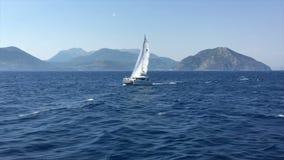 Ionische Overzees, Griekenland, de boot van het catamaranzeil stock footage