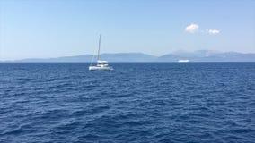 Ionische Overzees, Griekenland, de boot van het catamaranzeil stock video