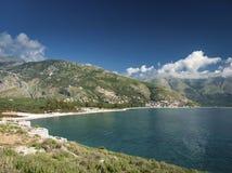 Ionische overzeese kust van zuidelijk Albanië op zonnige dag Royalty-vrije Stock Afbeelding