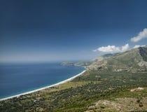 Ionische overzeese kust van zuidelijk Albanië op zonnige dag Stock Afbeelding