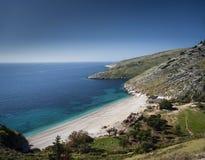 Ionische overzeese kust van zuidelijk Albanië op zonnige dag Stock Foto's