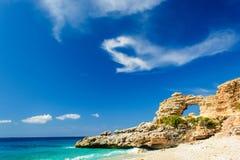 Ionisches Seeküstenlandschaft mit sandigem Strand und Felsen Stockfotografie