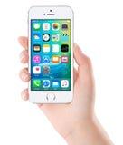 IOS 9在白色苹果计算机iPhone 5s显示homescreen 免版税库存图片