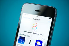 IOS 8 Apps descritto sul iPhone 5S di Apple Fotografie Stock Libere da Diritti