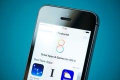 IOS 8 gekennzeichnetes Apps auf Apple-iPhone 5S Lizenzfreie Stockfotos