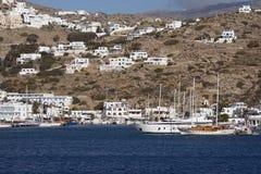 IOS, GRECIA, EL 18 DE SEPTIEMBRE DE 2018, vista del puerto de la isla del IOS imagen de archivo