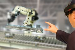 Iot产业4 0个概念,使用与增添的聪明的玻璃engineerblurred的工业混杂与虚拟现实技术 免版税库存照片